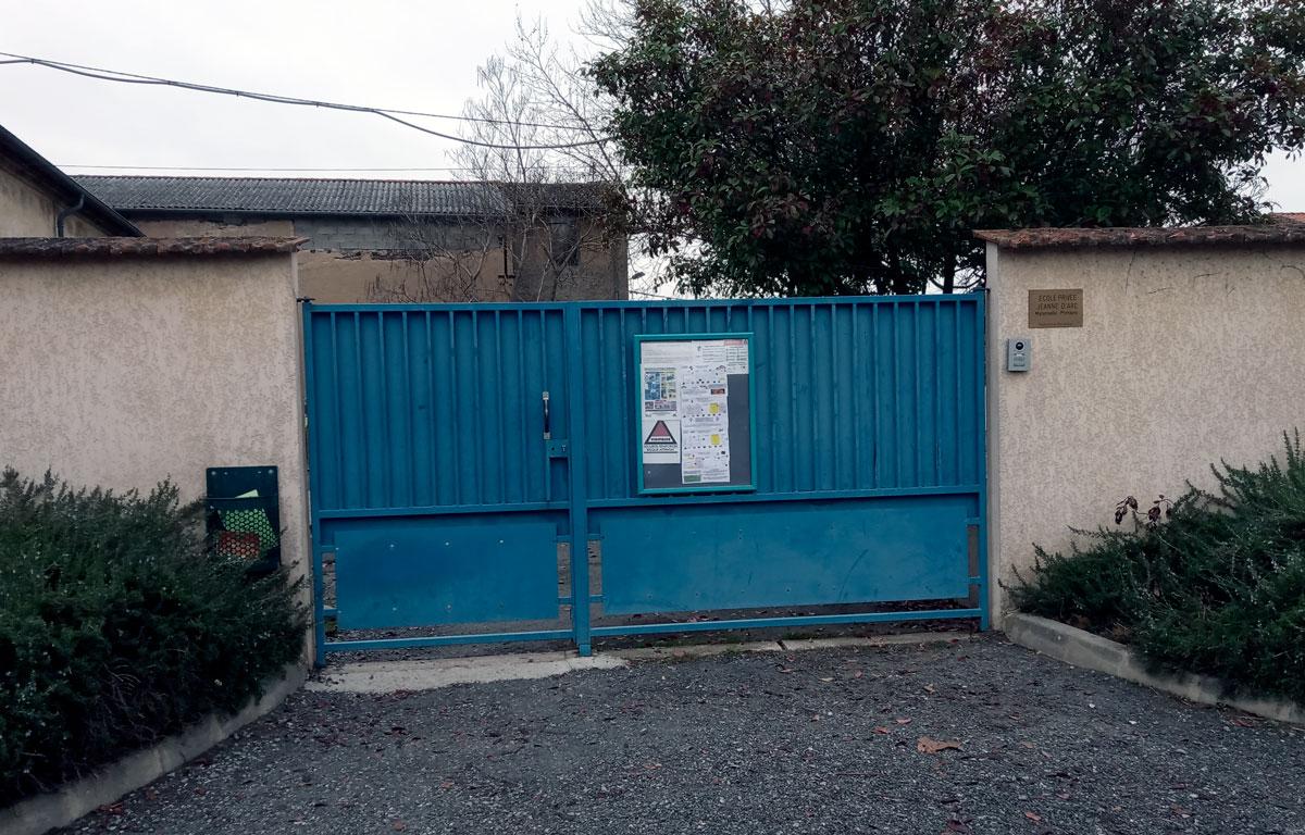 Portail bleu d'accès à la cour de lécole Jeanne d'Arc de Graulhet